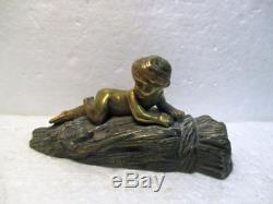 Belle statuette ancienne en bronze Enfant sur une botte de blé