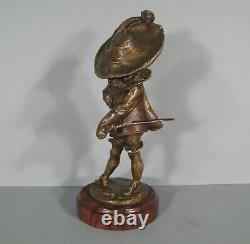 Enfant Gentilhomme Avec Épée Et Chapeau Mousquetaire Sculpture Bronze Ancien