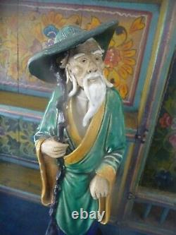 Sage asiatique ancien en céramique émaillée sur socle bois