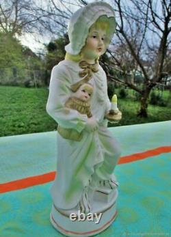 Statuette ancienne Petite fille avec sa poupée biscuit France Antique statuette