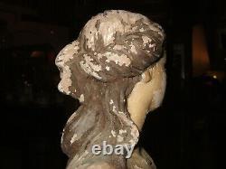 Superbe Statue ancienne en terre cuite polychrome dans l'état, femme à l'Antique